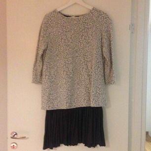 Säljer en mysig dock stylish klänning från Esprit. Den är i mycket bra skick