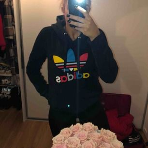 Säljer ännu en hoodie, från adidas :) nice tröja med lite färg!