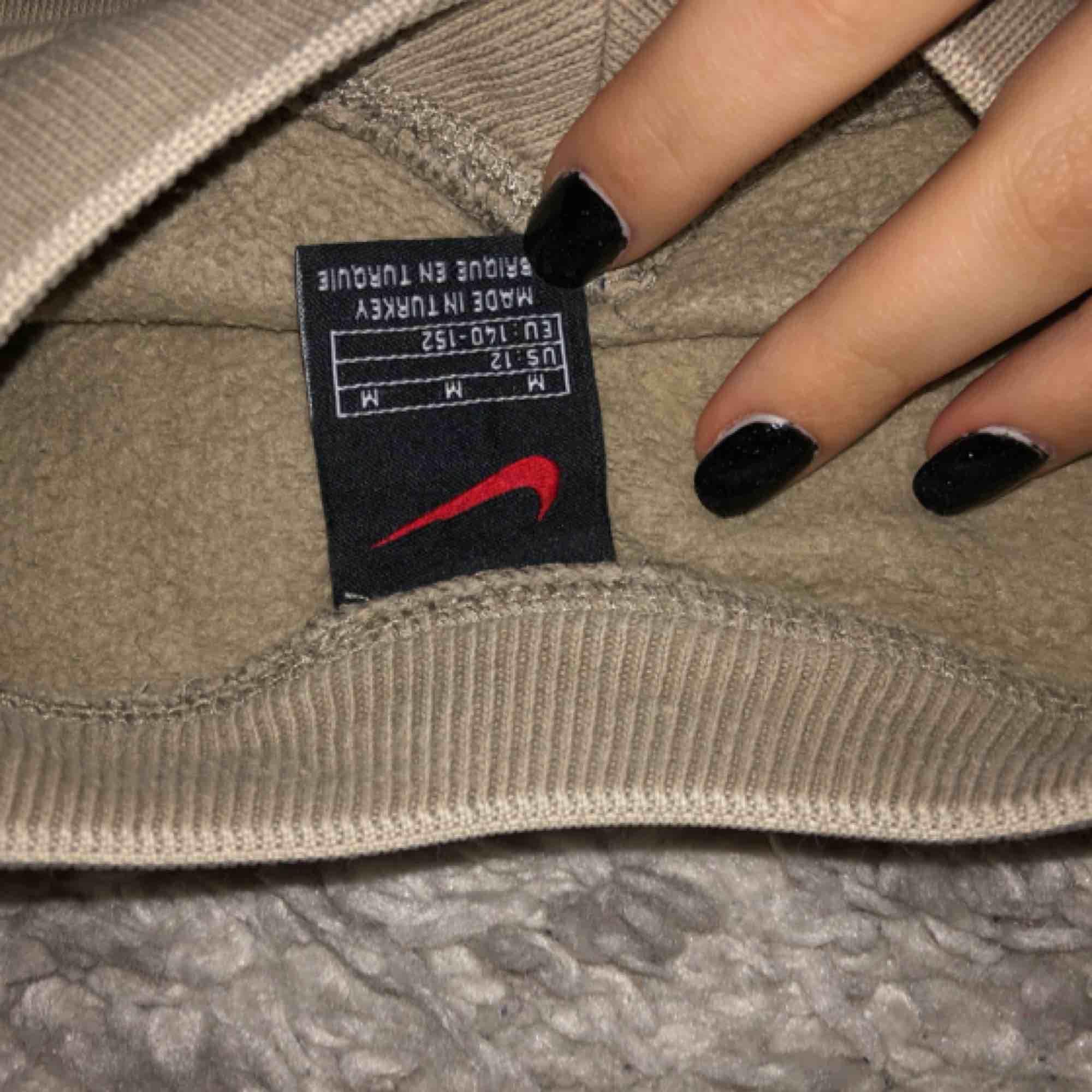 Nice brun färg med Nike logo i vit, storlek M men passar också S :) . Huvtröjor & Träningströjor.