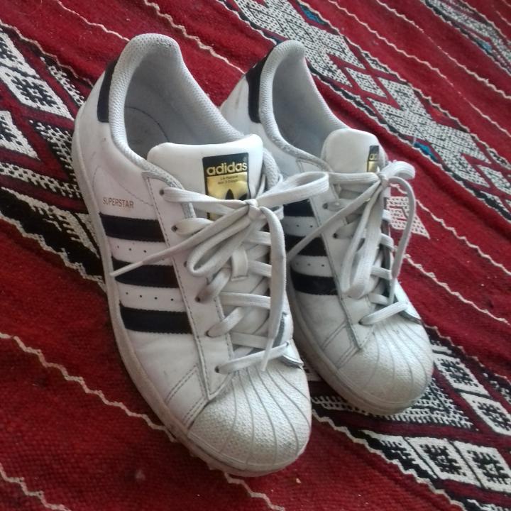 Adidas Superstar i stl 38 2/3, passar bra på mig som vanligtvis har stl 38. Sparsamt använda och i fint skick. Frakt 63 kr. . Skor.