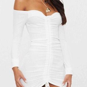 Vit off shoulder klänning från Pretty little thing. Oanvänd med lapp.