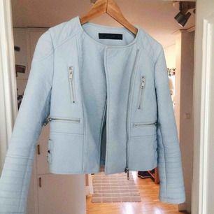 Blå skinnjacka från Zara