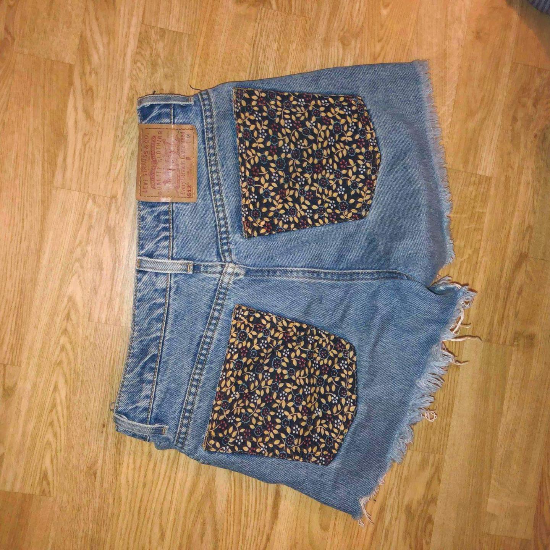 Levis Högmidjade jeansshorts med blommiga bakfickor🌻. Shorts.