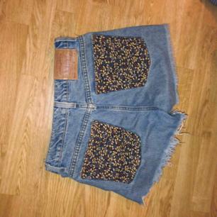 Levis Högmidjade jeansshorts med blommiga bakfickor🌻
