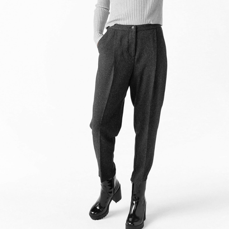 Gråa, högmidjade, mjuka kostymbyxor i nyskick från Monki🌻. Jeans & Byxor.