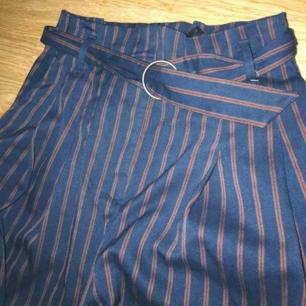 Superhögmidjade randiga byxor med bälte från Monki!