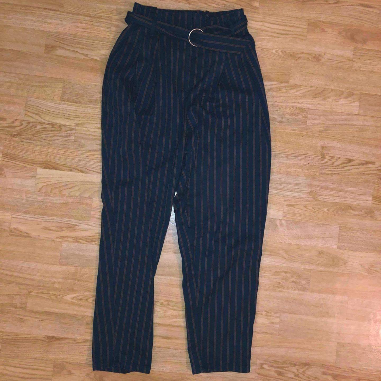 Superhögmidjade randiga byxor med bälte från Monki!. Jeans & Byxor.