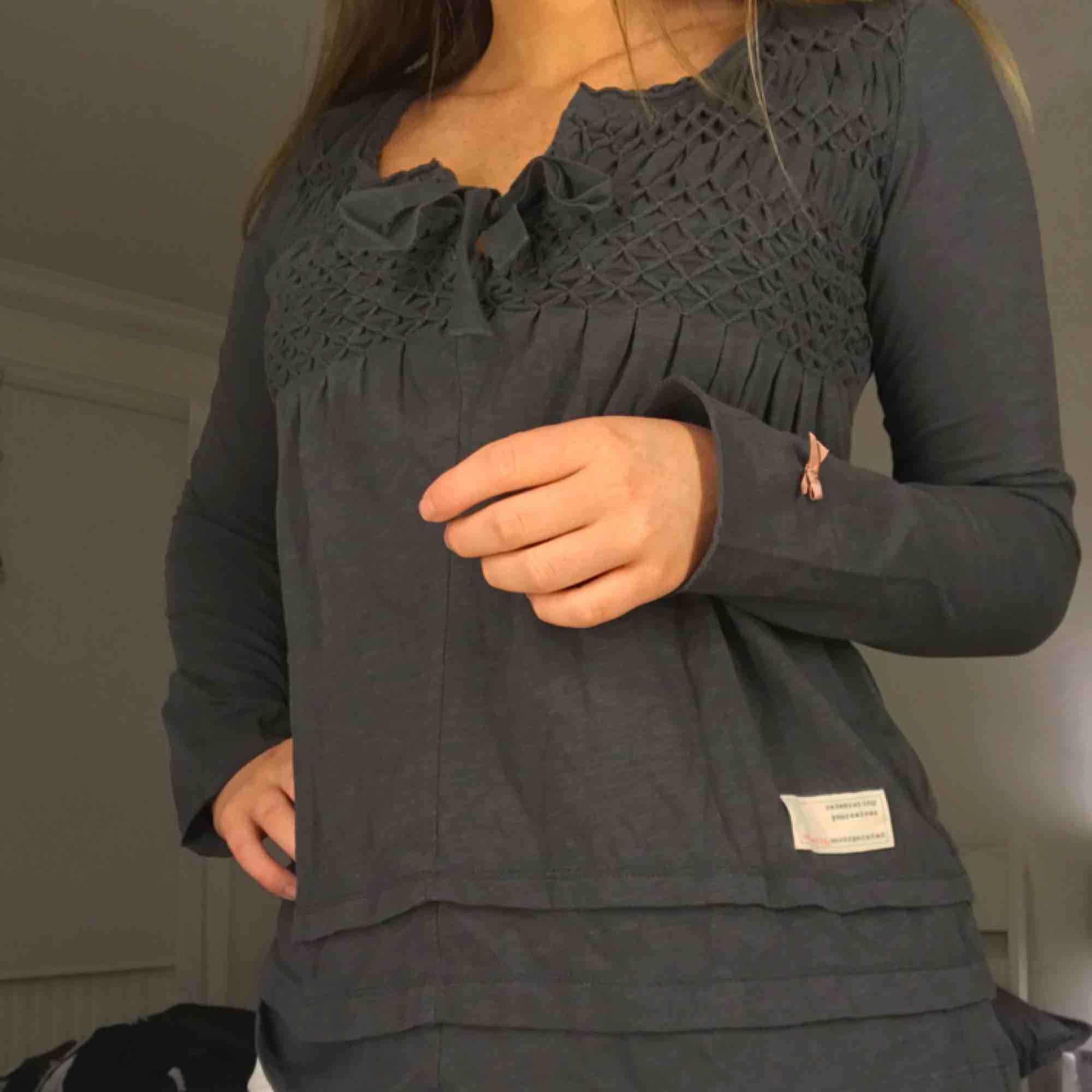 Odd molly tröja  Använd cirka 4 gånger Storlek 0 (XS) Om varan ska skickas står köparen för frakten.. Toppar.