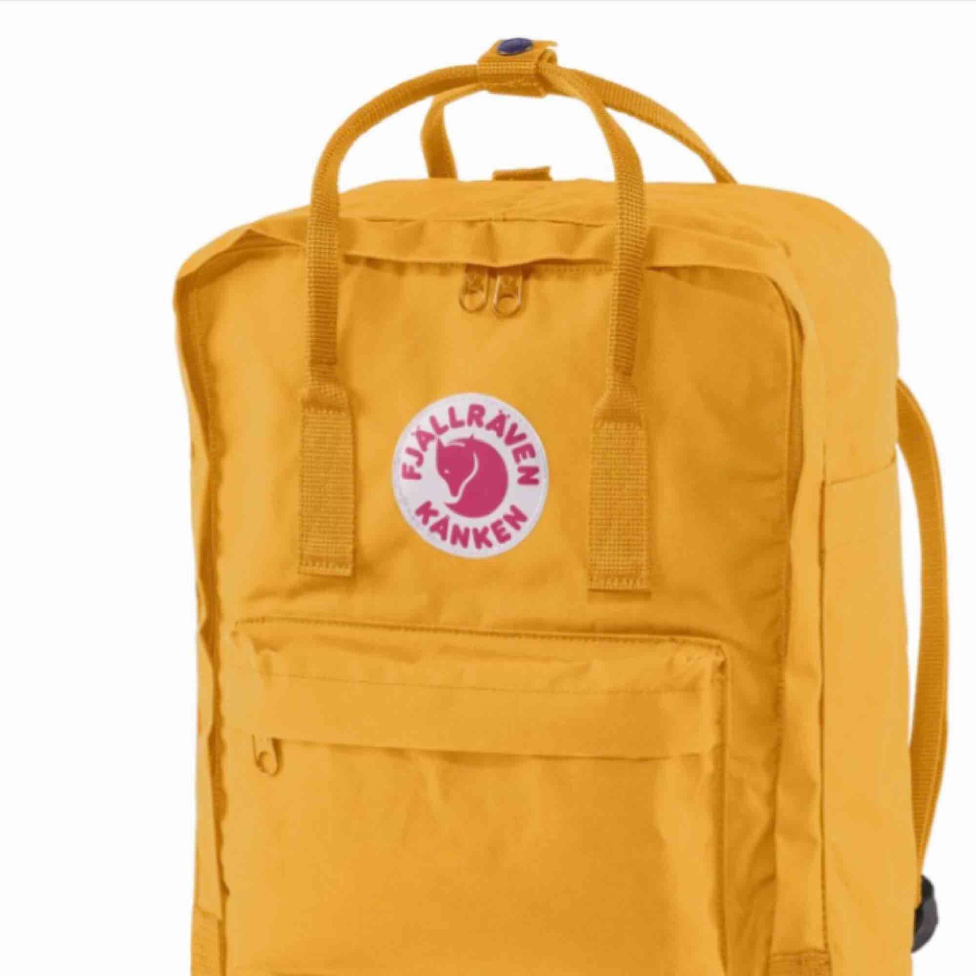 Sååå snygg fjällräven väska, i den finaste gula färgen! Väskan är använd men i bra skick. Ett litet hål i det yttersta tyget (inte hela vägen igenom) därav det billiga priset, se sista bild!  Smutsig på undersidan men går att tvätta!  Frakt tillkommer🥰. Väskor.