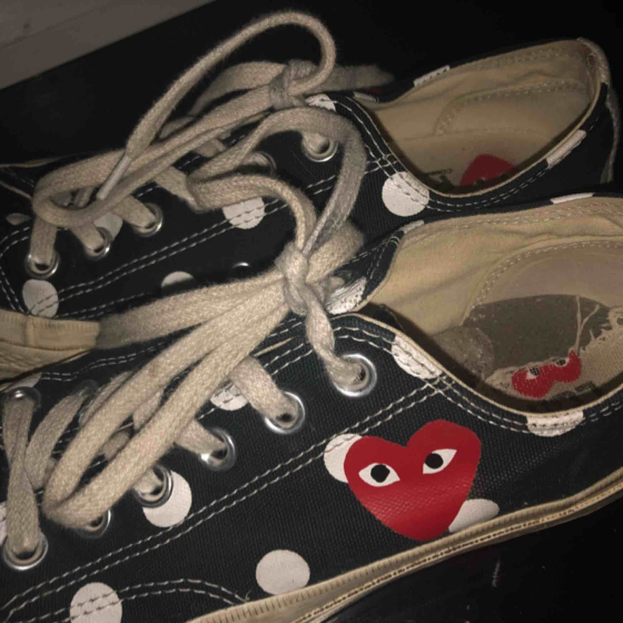 CDG skor, skada på vänstra sulan inuti men känns inte när man har på sig dem. Strl 37,5. Skor.