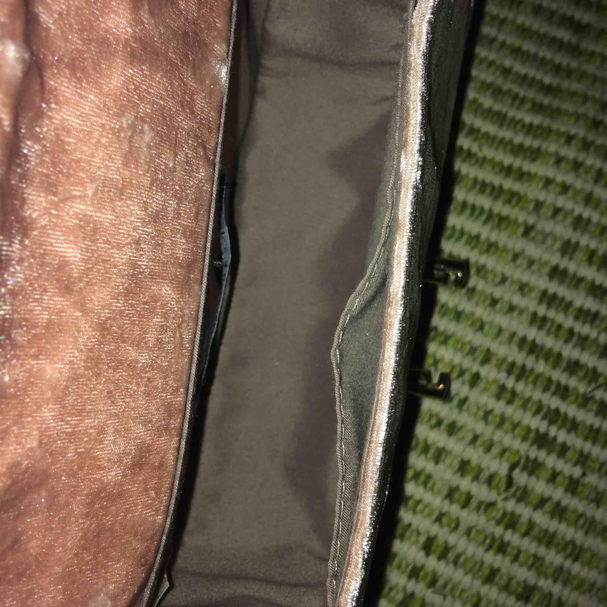 Jättefin sammetsväska med guldetaljer! Den har några fläckar på baksidan (se bild 2) och lite på ovan sidan, men man visar ju främst framsidan så det kanske inte gör så mkt! Nypris ca 399-499. . Väskor.