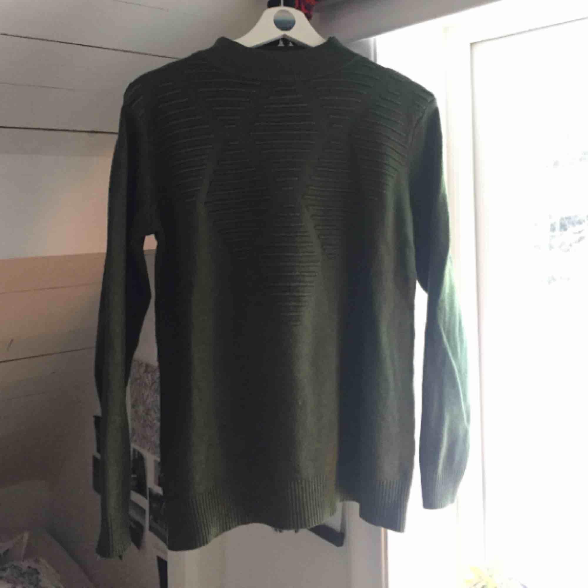 Grön tröja köpt i Spanien. Väldigt varm och mjuk. Helt oanvänd. Ganska lång , men passar annars även s i skälva tröjan o s/XS i armarna. . Stickat.