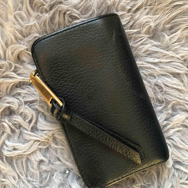 Plånbok från Marc Jacobs i väldigt fint skick! Är i behov av pengar enbart därför jag säljer den 😞 . Väskor.