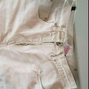 Gräddvita/beiga jeans som är köpta på humana. Väldigt fint skick. Passar även 32/xxs i midjan men benen är ganska breda upptill och smala vid vaderna. Liten slits nedtil.