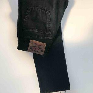Vintage jeans från Crocker. Passar en 25/26:a :) Svarta mot det gråa hållet!