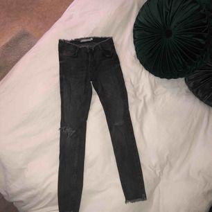 Mörkgråa tighta stretchiga jeans med flare. De är storlek 34a men passar likväl en 36a. Skickar gärna fler bilder om så önskas ☺️