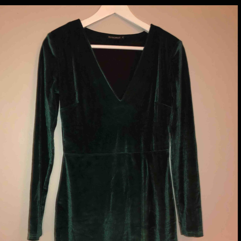 Super fin sammetsklänning från Rut and circle! Endast använd en gång. . Klänningar.