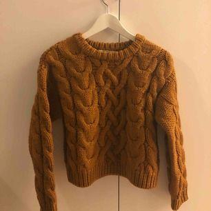 Stickad tröja i 100% merino ull från & other stories. Väldigt tjock och varm :)