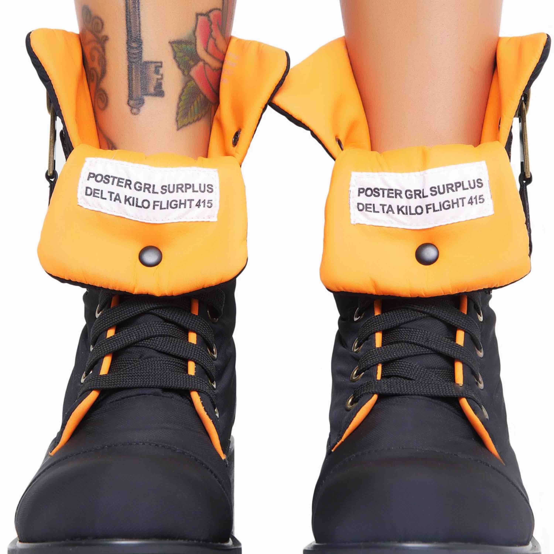 Poster Grl Combat Flight Boots. These sikk combat boots have an orange lining, zipper closure in the back, and snap button on the tongue so you can fold 'em down   Skor från DOLLSKILL.com men fick fel skor och fick behålla skorna. Helt nya i kartong . Skor.