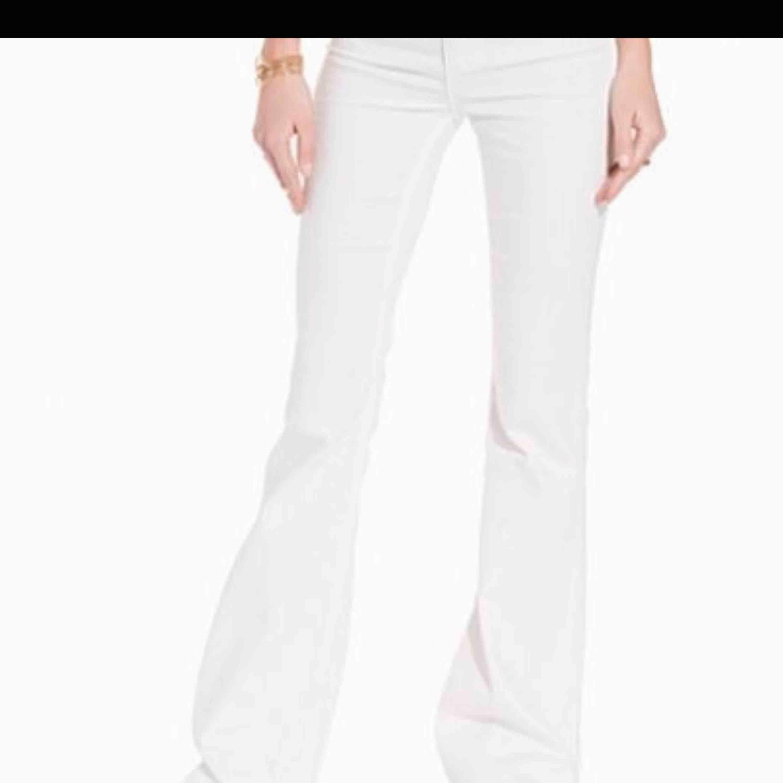 Super snygga oanvända flare jeans från cheap monday. Rätt små i storleken passar mig som vanligtvis har XS-S i byxor. 28-29. Jeans & Byxor.