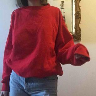 Röd sweatshirt, sitter superfint oversize. Fraktar eller möts i Stockholm :)