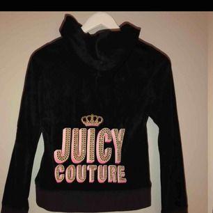 Sparsamt använd svart Juicy couture med vackra pärm/paljett-verk. Storlek 12 som xs