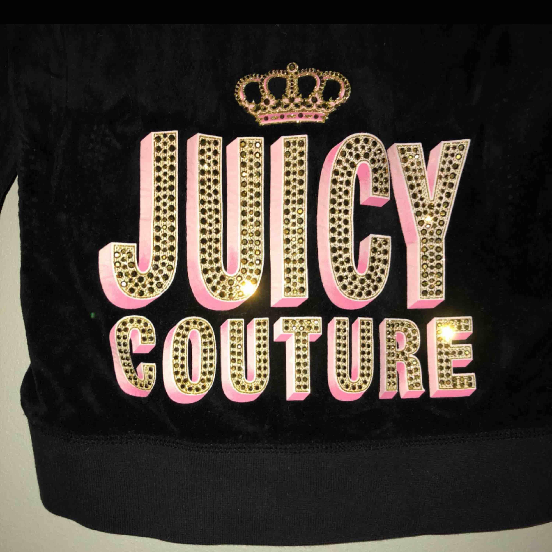 Sparsamt använd svart Juicy couture med vackra pärm/paljett-verk. Storlek 12 som xs. Huvtröjor & Träningströjor.