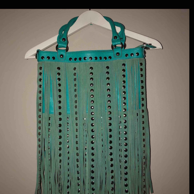 Super fin väska, medföljer även ett långt axelband . Väskor.