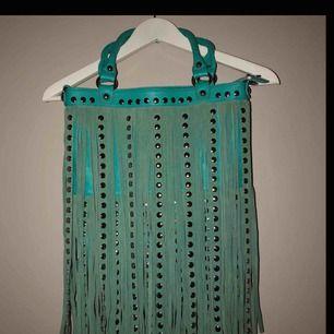 Super fin väska, medföljer även ett långt axelband