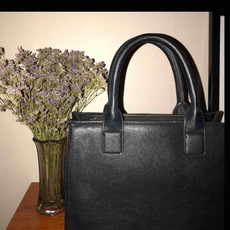 Super fin och rymlig väska. Små fack inuti, medföljer ett långt band. Väskor.