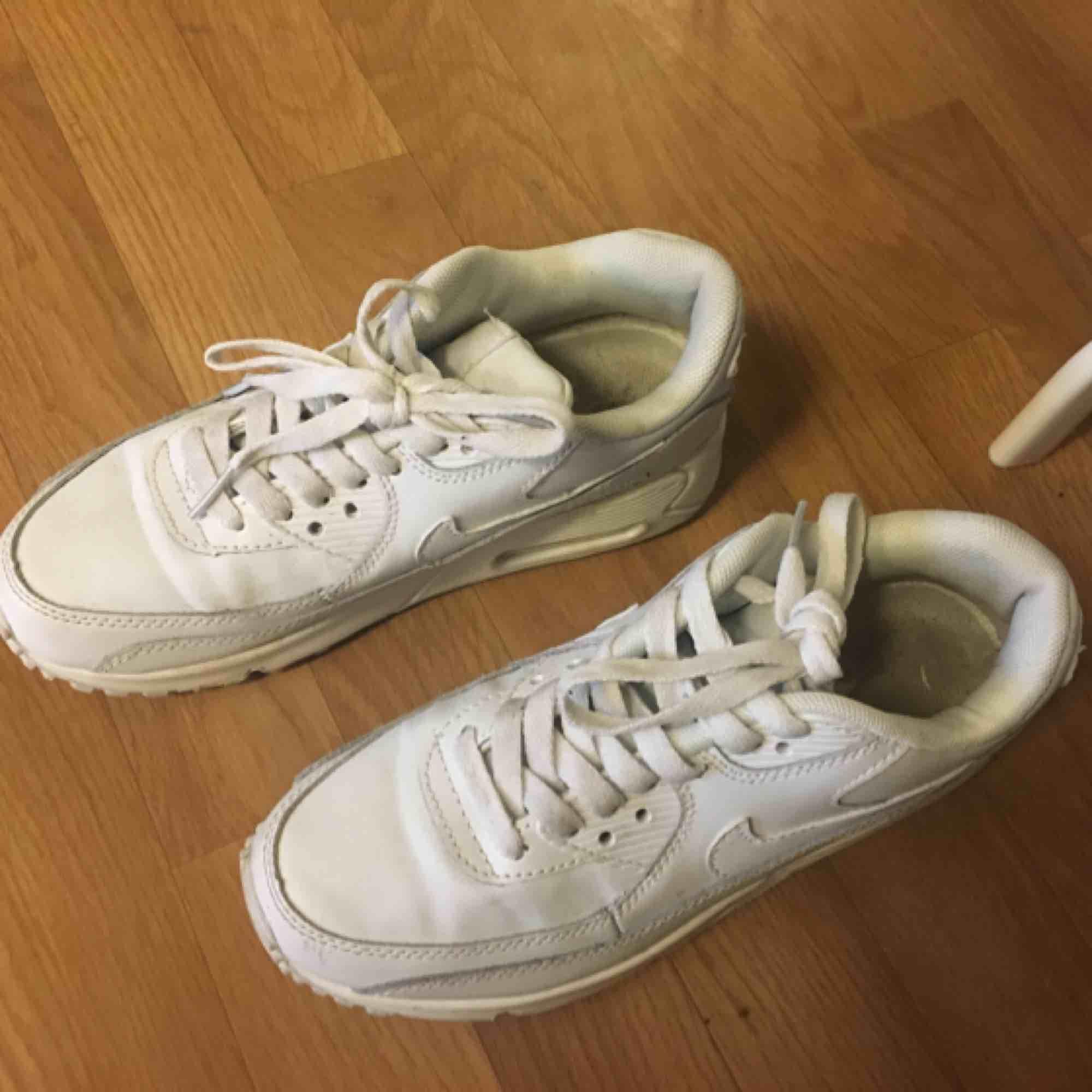 väldigt sparsamt använda nike air max, storlek 36! inga hål, märken osv, dom är i bra skick:) kan frakta & mötas upp, köparen står för frakten. Skor.