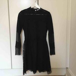 Klänning från Gina Tricot, köpt 2013. Storlek 38. Spets med fint mönster. Formsydd upptill, vidare i kjolen. Har använts ett fåtal gånger - fest och andra tillställningar. I gott skick.  Köpare står för frakt. Kan mötas i Malmö.