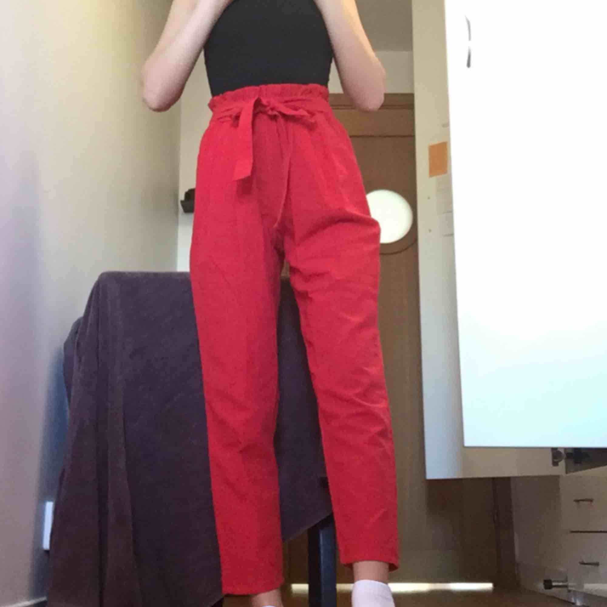 Världens finaste byxor som är för stora för mig😭 Köptes på en marknad i Myanmar<3 (antagligen handsydda och kvaliten på tyget känns jättebra). . Jeans & Byxor.