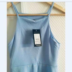 Klänning i en kall blå färg, köpt på New look. Den är endast provad och har tagsen kvar.  Frakt: 39 kr.