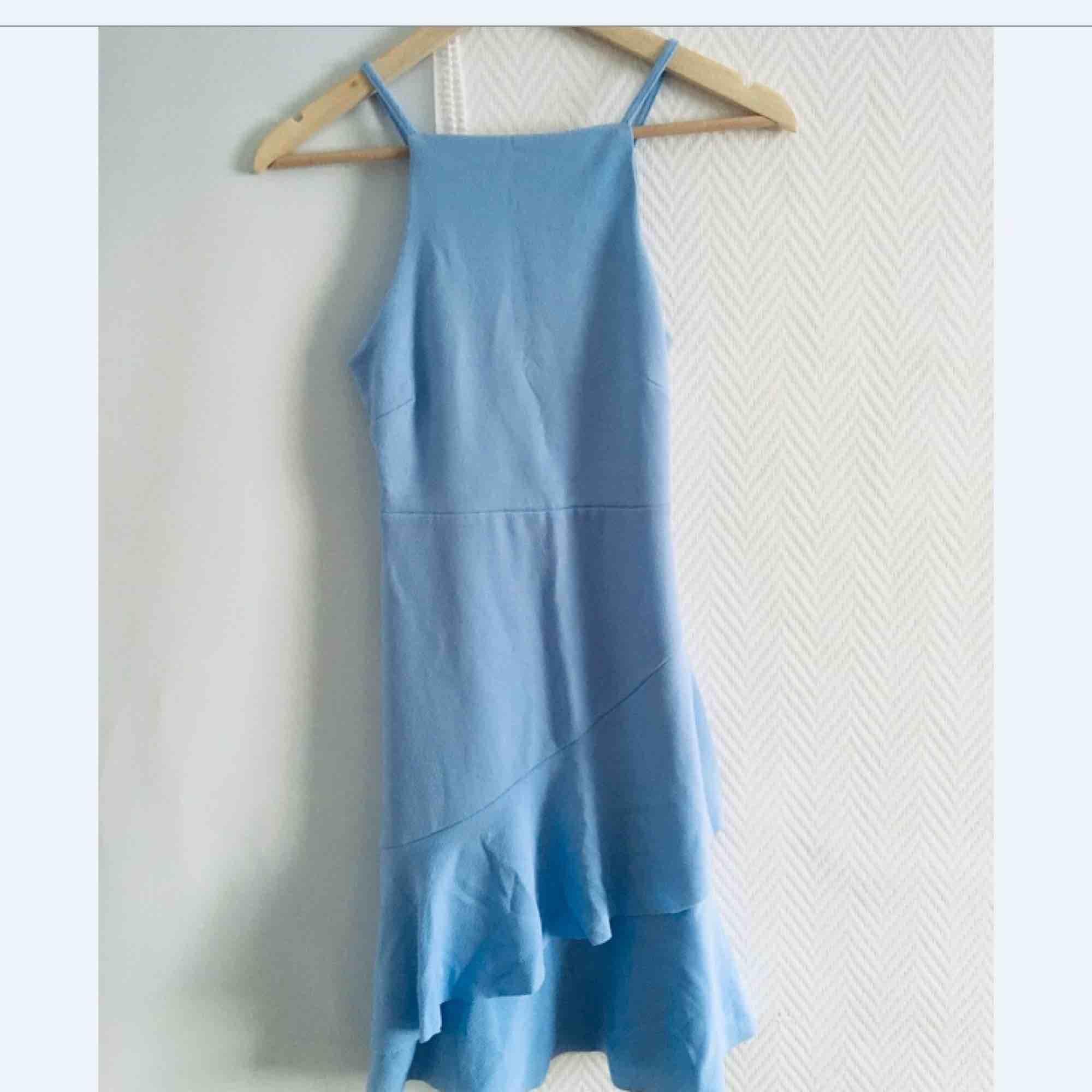 Klänning i en kall blå färg, köpt på New look. Den är endast provad och har tagsen kvar.  Frakt: 39 kr.. Klänningar.