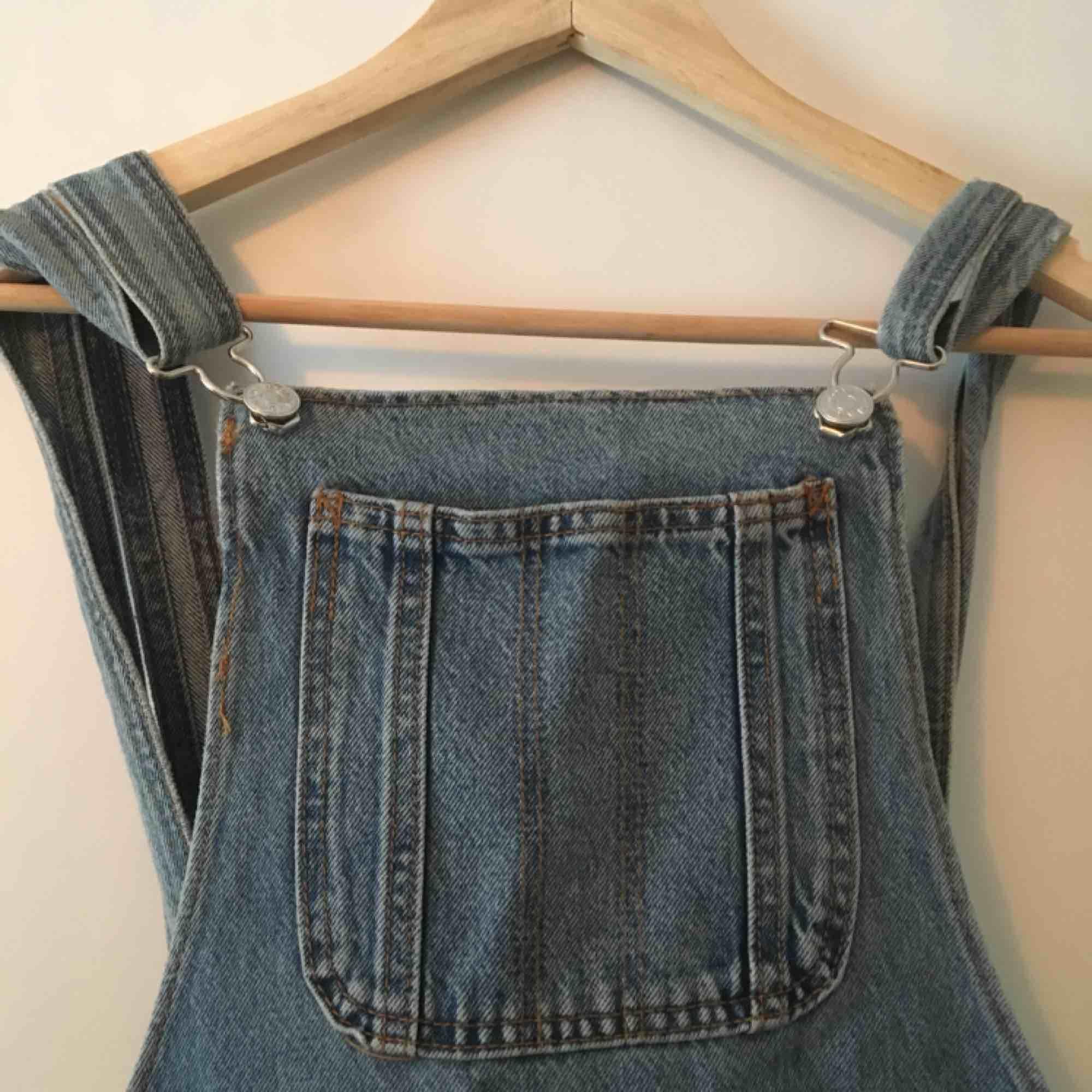 Hängselbyxor från monki. . Jeans & Byxor.