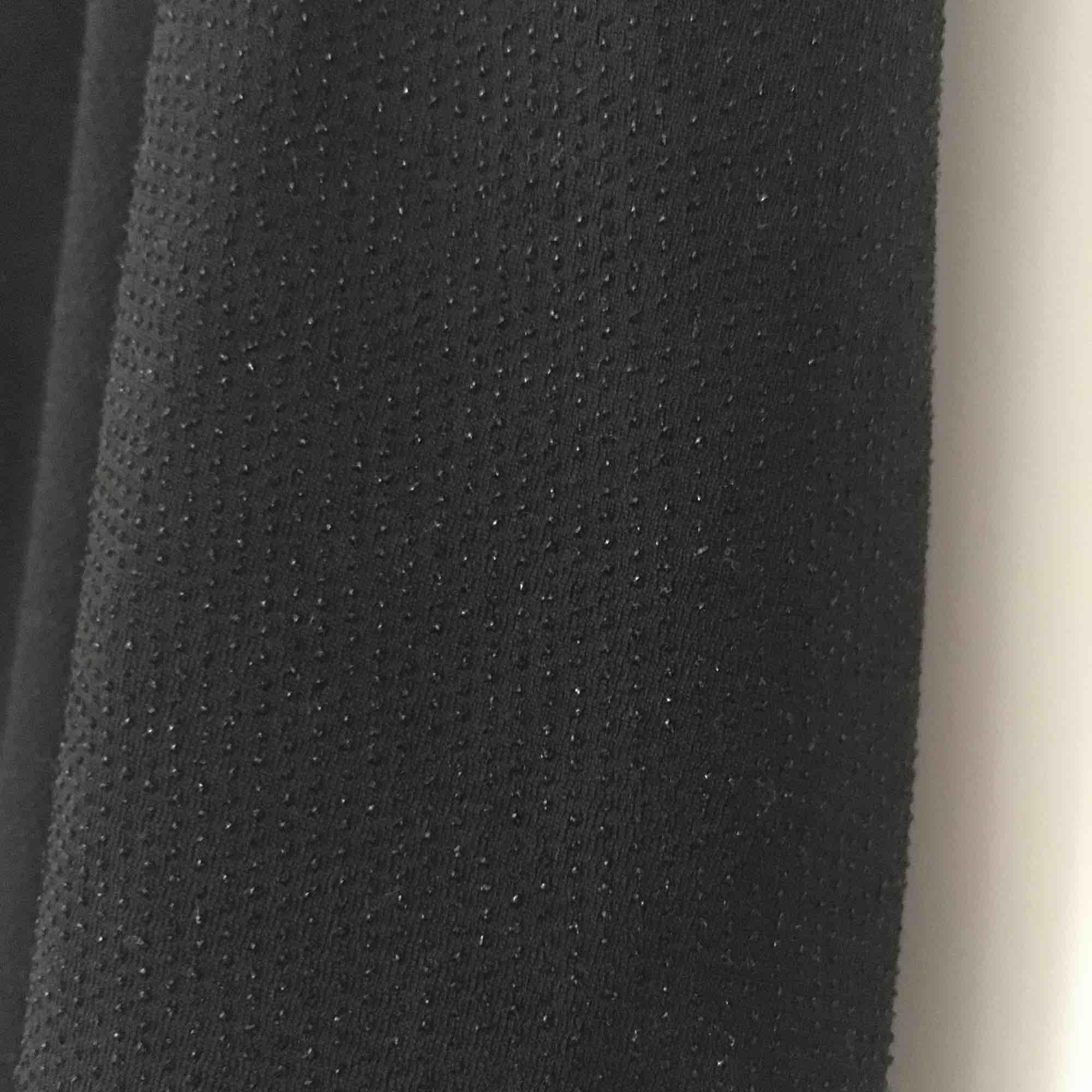 """Inköpt på Gina Tricot 2014. Storlek M. Lite """"glittrig"""", se bild 2. Lösare passform upptill och tight kjol. Öppen rygg. Gott skick, använd ett par gånger. Köpare står för frakt. Kan även mötas upp i Malmö.. Klänningar."""