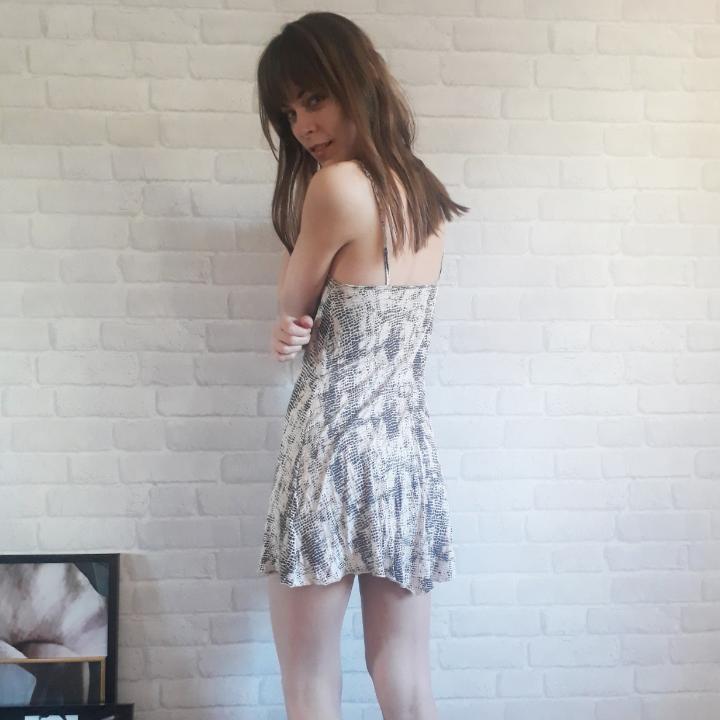Loose fit, jättesöt klänning i snakeskin mönster. Funkar lika bra till sommaren som för de mörkare månaderna med ett par leggins till. Klä upp med ett par klackar och accesoarer eller dra på ett par snygga sneakers till för en mer everyday look! Kan mötas upp i Stockholm, annars tillkommer frakt.. Klänningar.