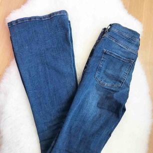 Blå bootcut jeans i storlek 36 passar XS-S, helt ny . 300:-