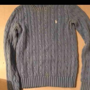 Säljer min blåa kabelstickade Ralph lauren tröja i storlek XS. Tröjan är i mycket fint skick och har ingen skador eller liknande. Hör av dig om du är intresserad 💕