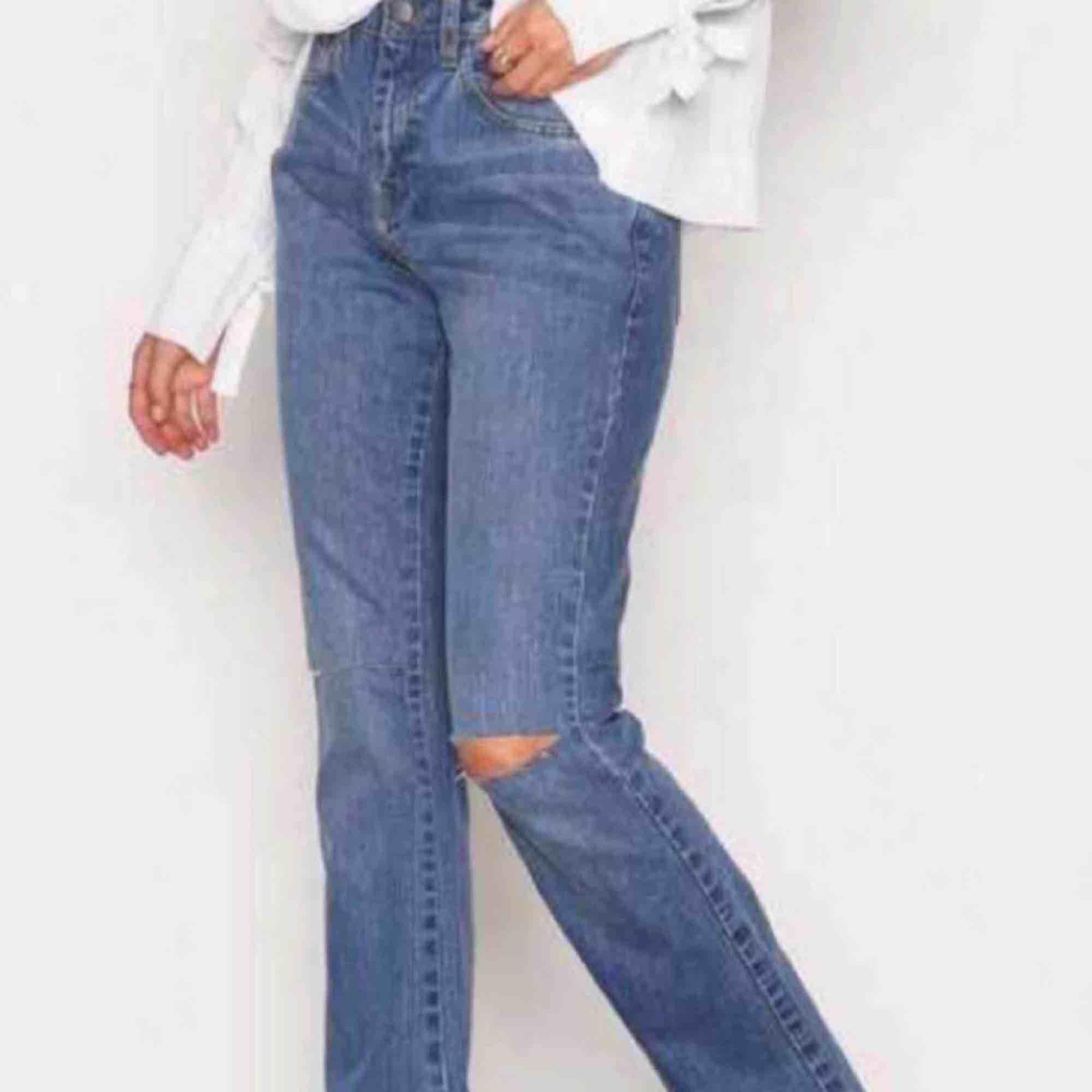 Supeeerfina jeans från Nelly med utsvängda ben och hål vid knäna. Köpte från en annan tjej på plick men tyvärr var de lite för små:(( frakten kostar runt 60kr, annars kan jag mötas i Uppsala!:)). Jeans & Byxor.