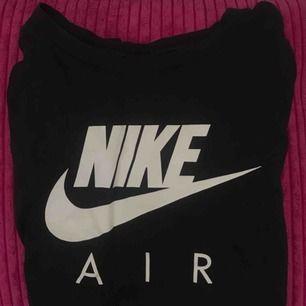 """Svart tshirt från Nike med vit text """"Nike air"""". Egentligen storlek M från pojkavdelningen men passar som en vanlig XS. 50kr skriv för bättre bilder eller mer info"""