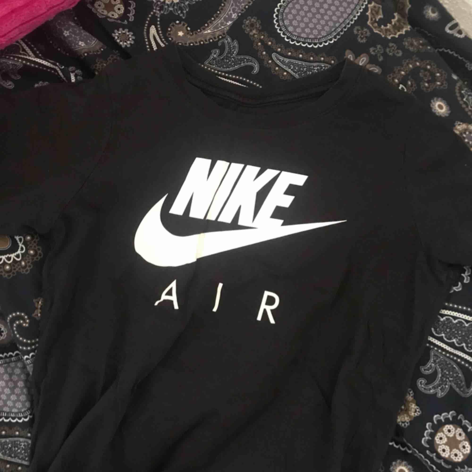 """Svart tshirt från Nike med vit text """"Nike air"""". Egentligen storlek M från pojkavdelningen men passar som en vanlig XS. 50kr skriv för bättre bilder eller mer info. T-shirts."""