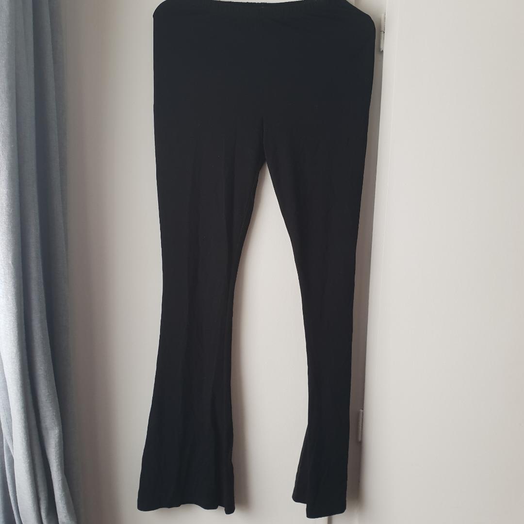 Utsvängda leggings från Bik bok, sparsamt använda. . Jeans & Byxor.