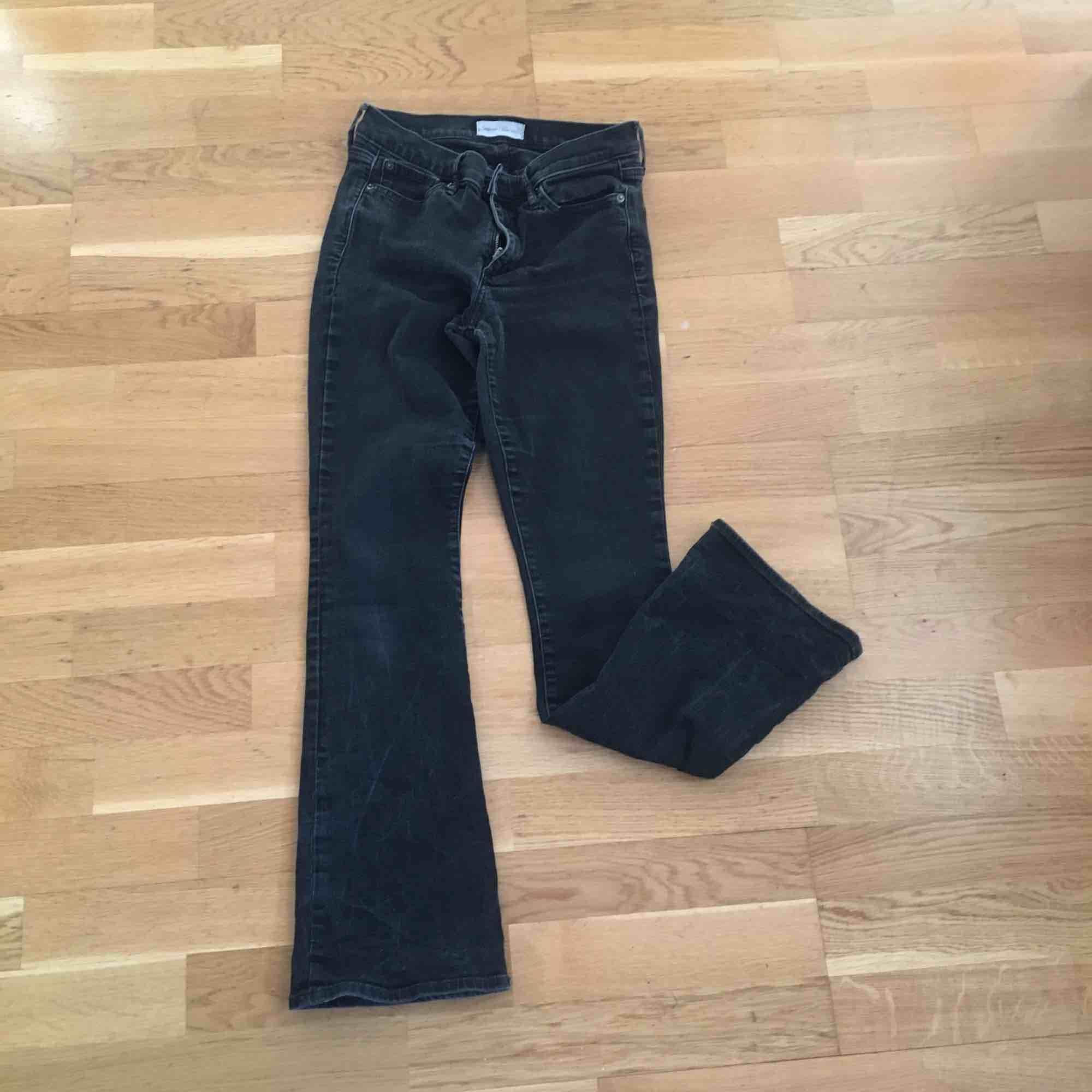 """Ett par svarta/mörkgrå jeans från gap i modellen """"baby boot"""". Vet inte riktigt vilken storlek de är i men skulle passa en kort 27a. Jag är ca 167cm o de är lite för korta för mig.. Jeans & Byxor."""