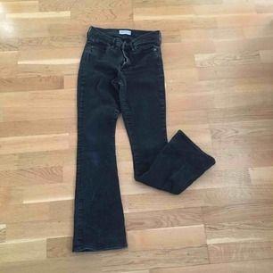 """Ett par svarta/mörkgrå jeans från gap i modellen """"baby boot"""". Vet inte riktigt vilken storlek de är i men skulle passa en kort 27a. Jag är ca 167cm o de är lite för korta för mig."""