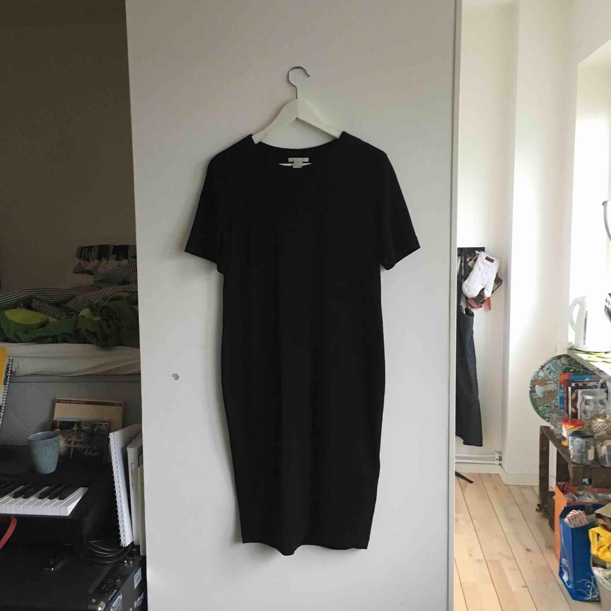 En stretchig, fin svart klänning som bara hänger i garderoben. Funkar till finfest samt till vardags! Har använts sparsamt och är ner till ovanför knäna ungefär. Frakt tillkommer eller så kan jag mötas upp i Malmö 🌲. Klänningar.