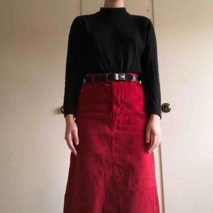 Röd manchesterkjol från Peak Performance, storlek M, med slits på sidorna. Secondhand, men aldrig använd av mig! Frakt tillkommer❤️❤️