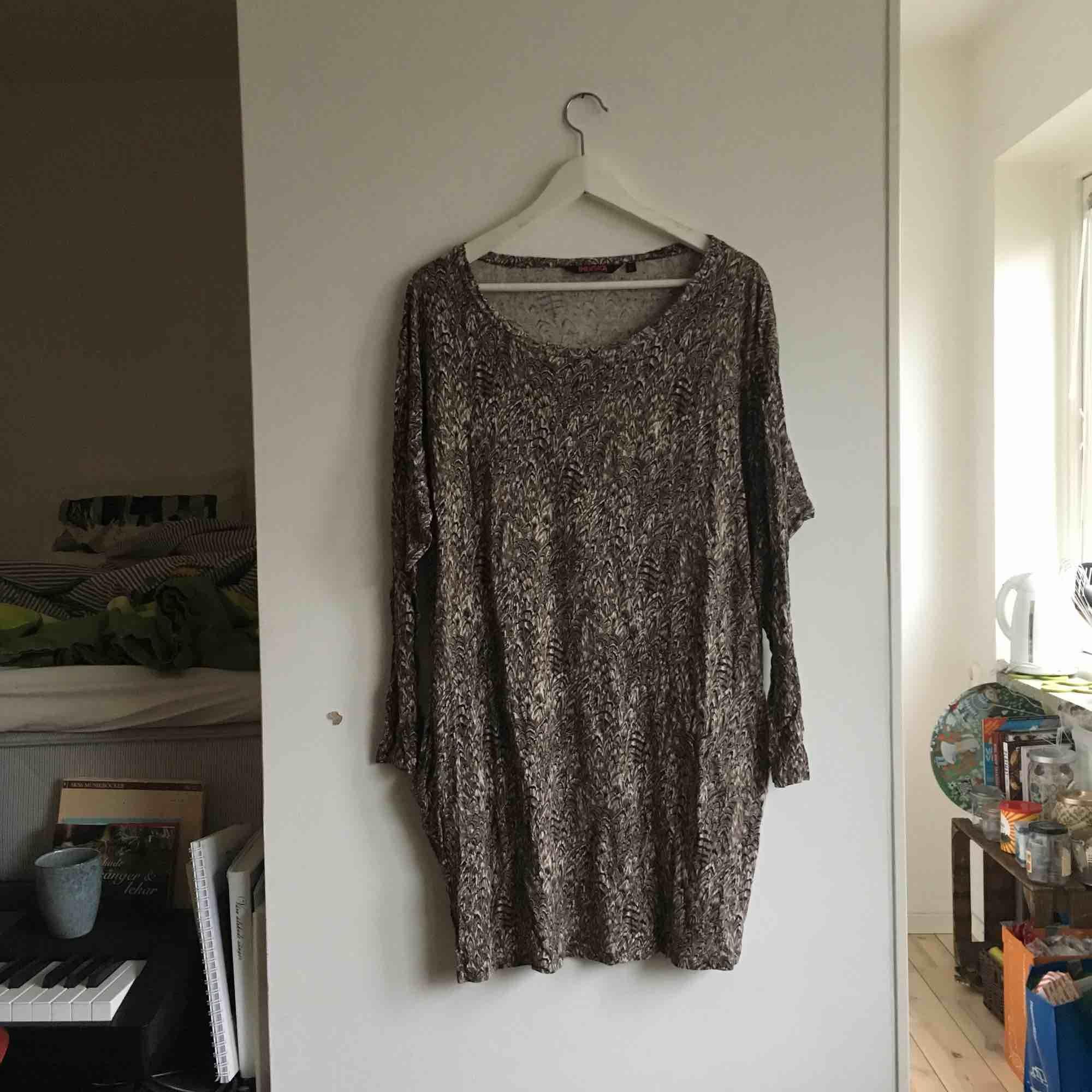Skönaste klänningen som använts mycket men som nu bara ligger i garderoben. Har fickor och sitter skönt på en L. Frakt tillkommer eller så kan jag mötas upp i Malmö 🌲. Klänningar.