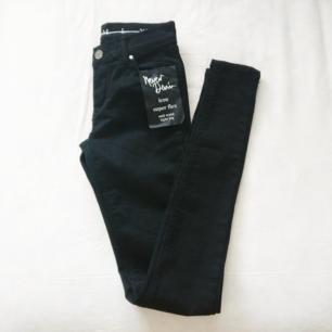 Oanvända svarta skinny jeans! Har 5 äkta fickor och stretchigt material. Fri frakt 💌  Köpt för 600 kr nu 179 kr inklusive frakt.